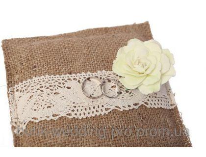 Подушечка для колец из мешковины с цветами