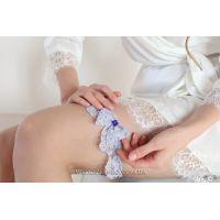 """Сиреневая подвязка невесты """"Мотылёк"""" с насыщенным фиолетовым камнем"""